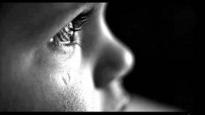 صور عيون دموع 2 450x253 300x169 صور دموع عيون تبكي ورمزيات عيون حزينة للواتساب