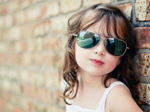 صورة-جملية-لبنوتة-رائعة-ترتكز-على-حائط-وترتدي-نظارة-سوداء-على-عيونها-من-الشمس-300x225 تحميل رمزيات وصور شباب اطفال بنات اماكن, مجموعة كبيرة من الصور للتحميل