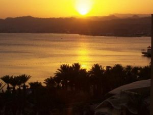 مناظر غروب الشمس علي البحار 2 450x338 300x225 صور لغروب الشمس على الشواطئ والمياه والبحار