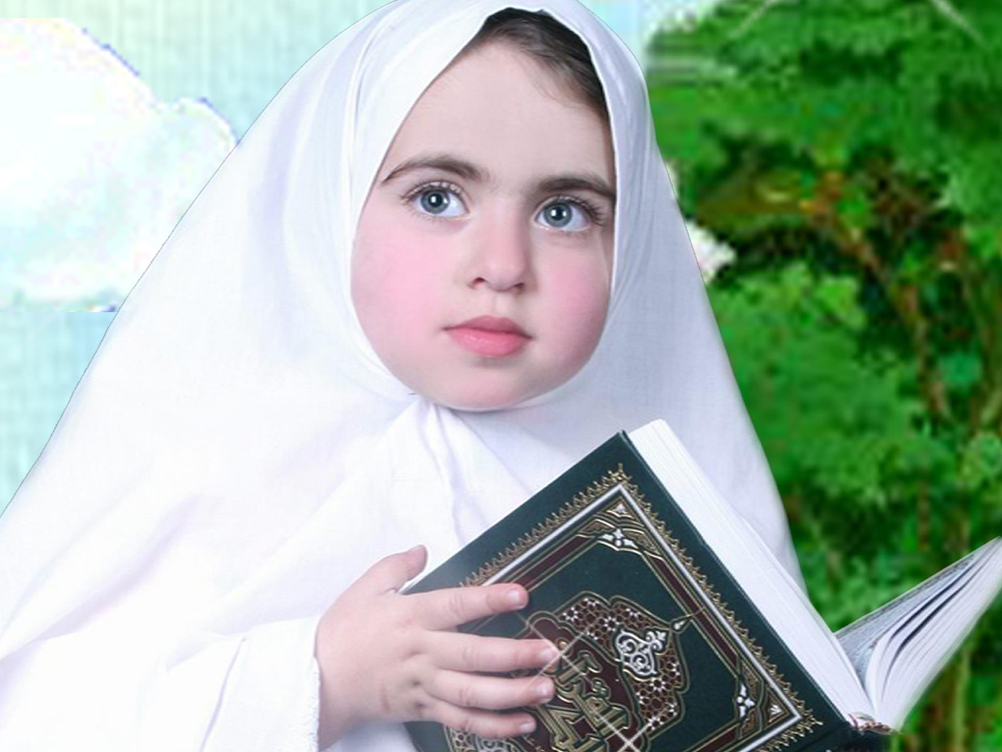 طفله محجبه حامله المصحف