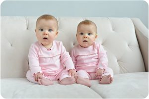 Cute-Twin-Babies-Sitting-On-Sofa-300x200 صور اطفال ملائكه, صغار صور اطفال توائم, Babes photo