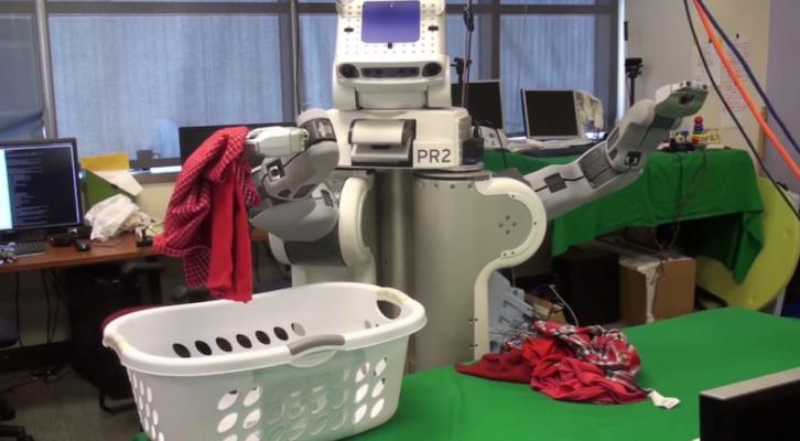 روبورت لغسيل و طئ الملابس رجل آلي يغسل الملابس و يطويها