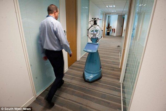 A-worker-walks-past-Bob إبتكار مذهل حارس أمني إلكتروني