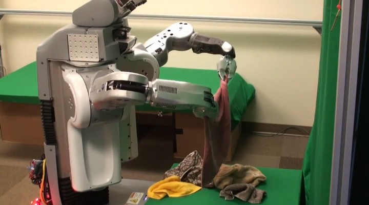 robot wierd رجل آلي يغسل الملابس و يطويها