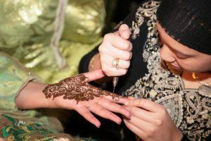 1-24-300x200 يوم العرس إعتمدي أجمل نقش حناء عماني!